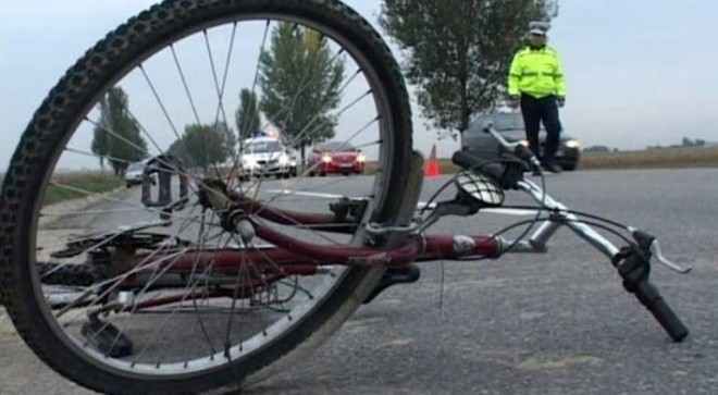 bicicleta rasturnata pe sosea - Copy