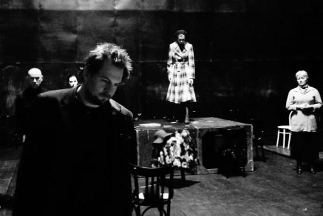 László Zsolt Bartha (Treplev) – în prim-plan, în spectacolul Pescărușul