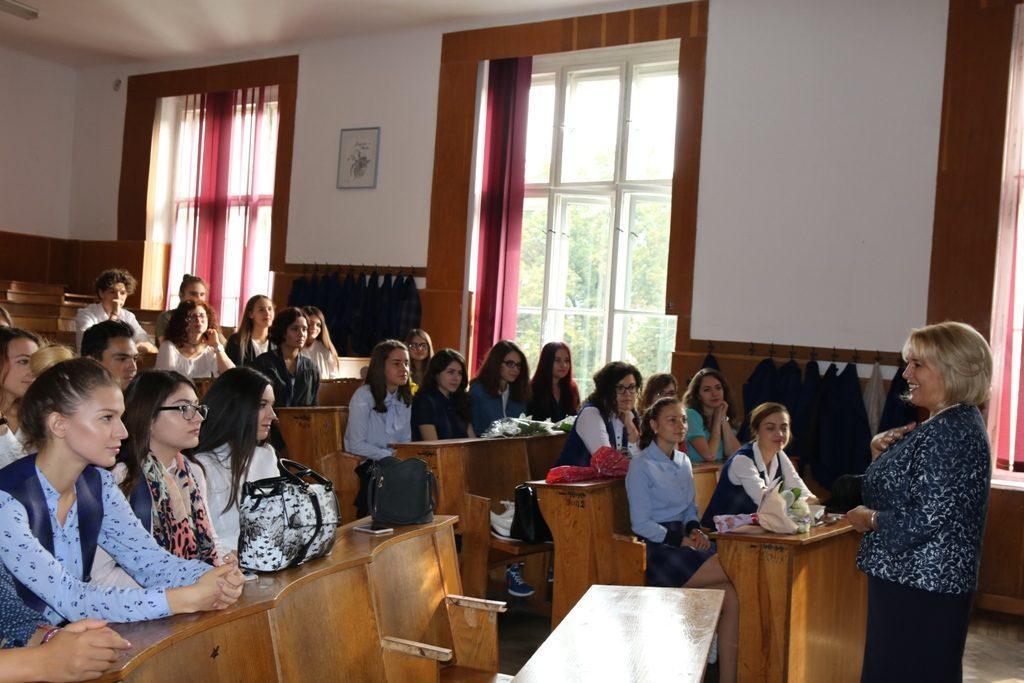 foto-unirea-3_aurora-stanescu_directorul-cn-unirea_vorbind-cu-elevii-din-clasa-a-xii-a-e