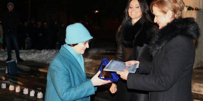 Placheta Eminescu înmânată profesoarei Silivia Haler de Ziua Culturii Naționale