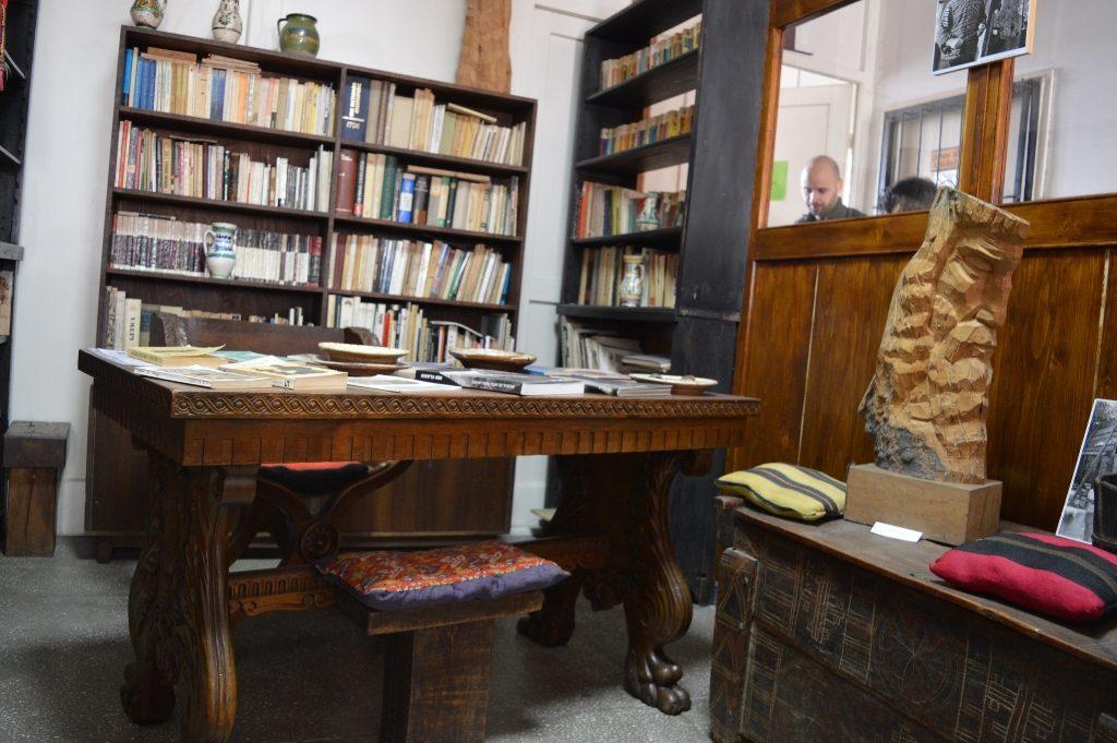 Spațiu amenajat în memoria sculptorului și scriitorului Ion Vlasiu, care cuprinde o serie de obiecte, lucrări și cărți care i-au aparținut