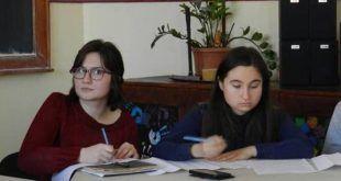 Iris Pătrașcu și Sara Gorea la Concursul regional de dezbateri Agree to Disagree