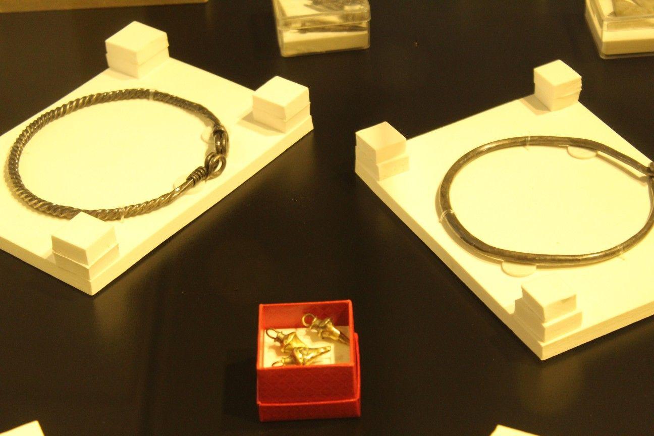 Afbeeldingsresultaat voor Un tezaur dacic complex, conţinând peste 60 de piese din argint şi trei obiecte din aur, a fost descoperit în comuna Ernei,