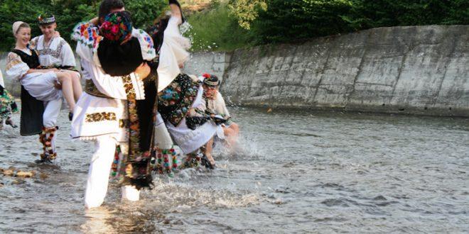"""Udatul nevestelor"""", în a doua zi de Rusalii la Podul Hodacului ..."""